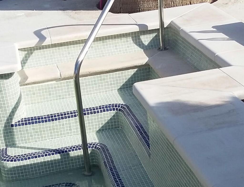 Piscina de obra en la vega baja for Barandilla piscina