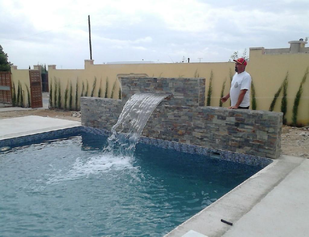 Construcci n de piscina con cascada en alahama de murcia for Piscinas pequenas con cascadas
