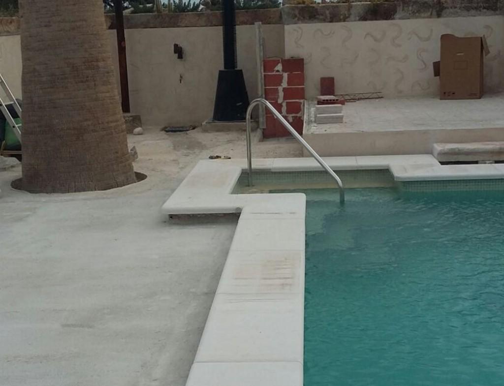 detalle en escalera de piscina con barandilla