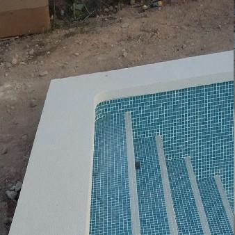 Borde de Piscina blanco in situ