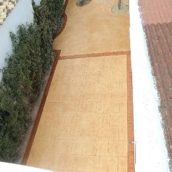 hormigon impreso pasillo con jardinera alcorque arbol torrevieja